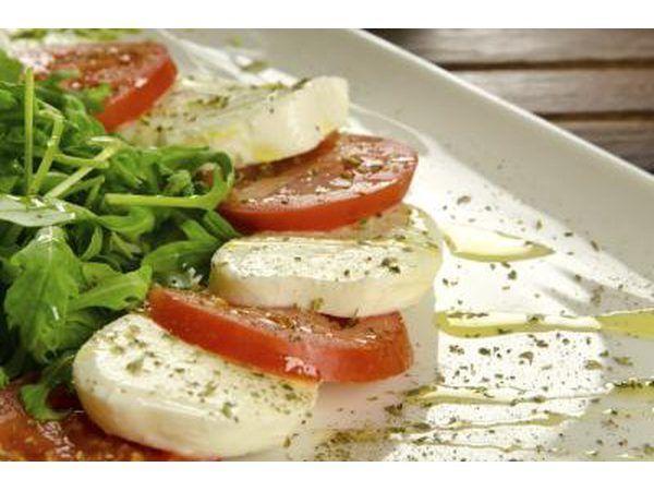 salada Caprese é fácil e deliciosa com apenas alguns ingredientes simples.