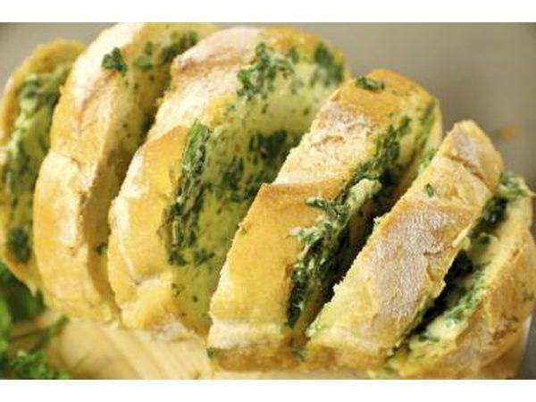 Esta assumir pão de alho é um must-have em um buffet italiano.