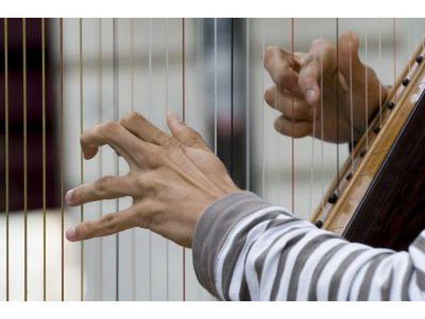 Um harpista toca utilizando apenas os primeiros quatro dedos em cada mão.