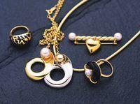 Escolha jóias que complementa o conjunto geral.