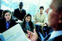 Um gerente dá uma apresentação a um grupo de funcionários