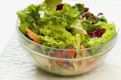 Salada saudável na bacia de vidro.