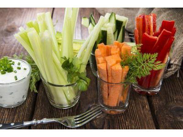 legumes variados em copos na tabela.