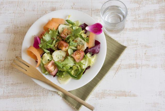 Salada saudável na mesa.