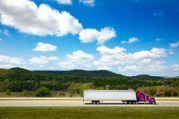 Você vai precisar de uma carta de condução comercial para conduzir um camião de longo curso.