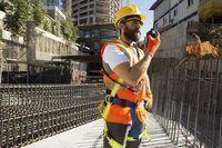 trabalhador da construção civil usando capacete de segurança no local