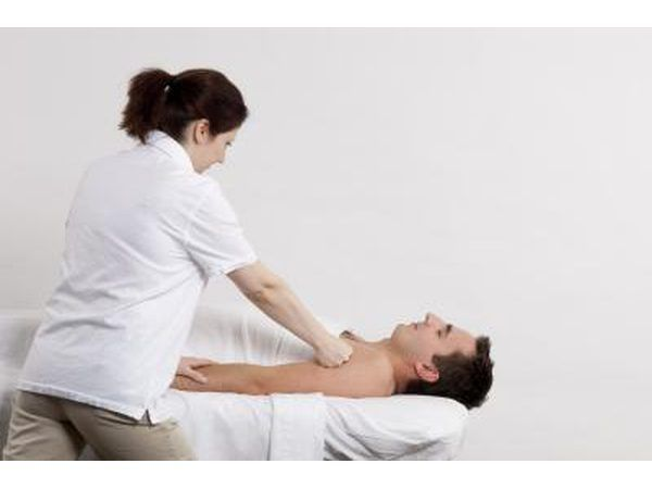 Homem com fisioterapeuta