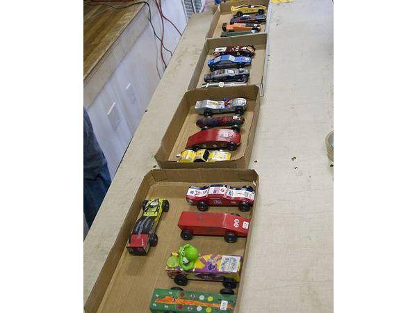 carros derby Pinewood classificados em caixas de esperar por sua raça.