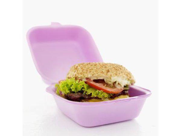 Close-up de hambúrguer em uma caixa.