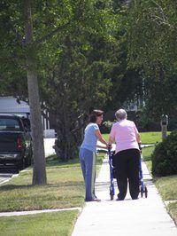 Os membros da família muitas vezes procuram cuidados de dia para adultos com deficiência funcional.