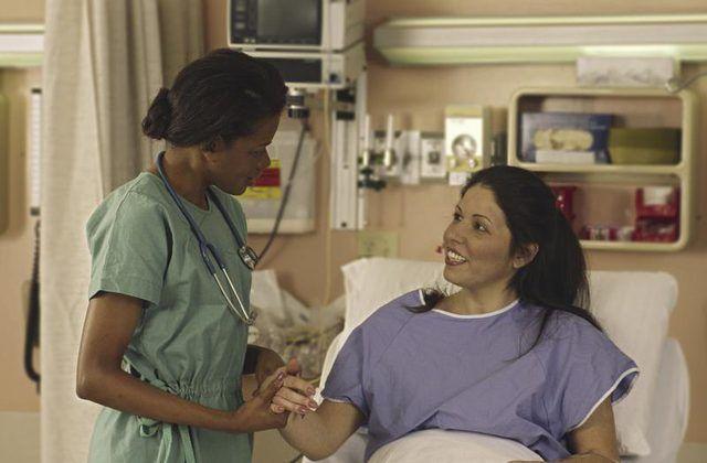 Uma enfermeira vestindo scrubs.