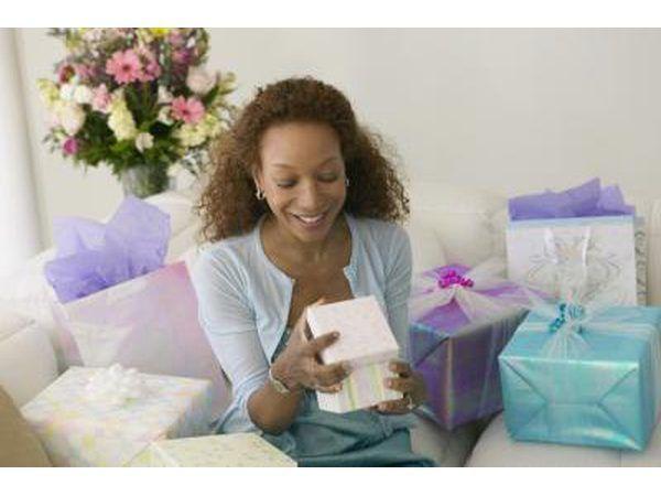 Uma mulher abre presentes.