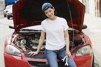 Um mecânico fêmea está trabalhando em um veículo.