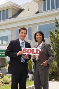Agentes imobiliários pagar impostos e despesas de negócio de suas comissões brutas.
