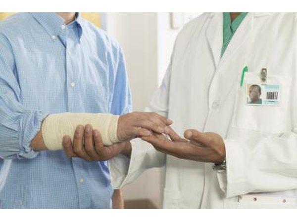 Fraqueza no pulso é outro sintoma comum.