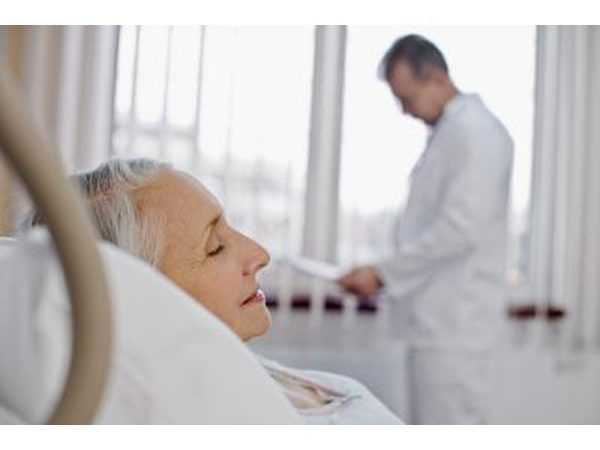 mulher idosa no hospital