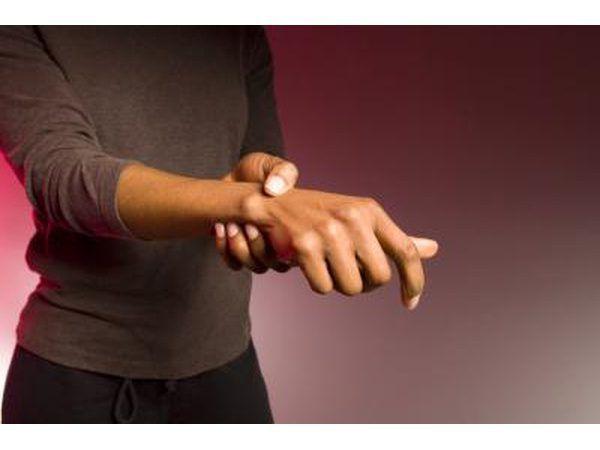 Alguns pacientes com MS também vai experimentar movimentos involuntários em suas mãos.