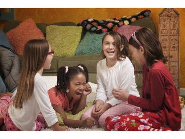 Meninas em uma festa do pijama que jogam um jogo