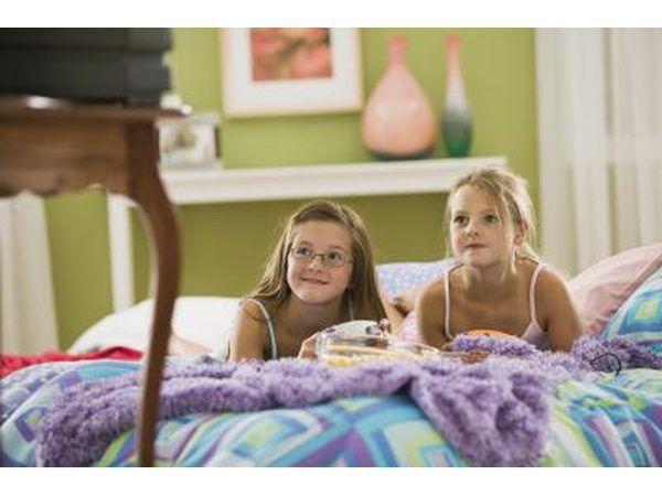 Meninas que prestam atenção a um filme