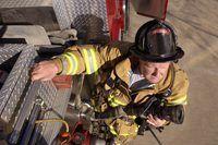 tenentes fogo ganhar o seu salário supervisionar equipes de bombeiro.