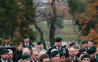 Forças especiais do exército EUA passado e militares presentes comparecer à cerimônia coroa que coloca na sepultura do presidente John Kennedy no cemitério nacional de Arlington.
