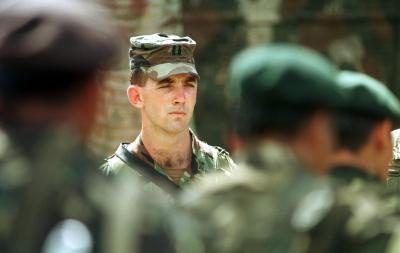 EUA Forças Especiais Capitão inspecionando tropas