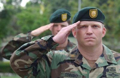 Forças Especiais norte-americanas oficiais saudar durante o hino americano.