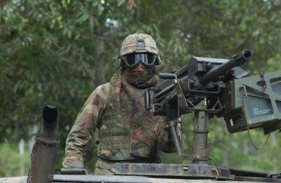 Forças Especiais norte-americanas soldado vigiando comboio de caminhões no HMV