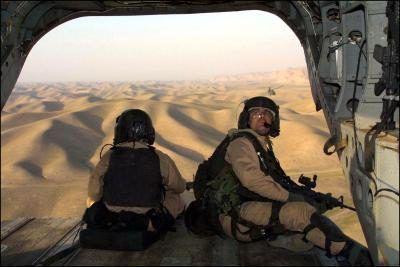 Tropas com as forças especiais norte-americanas têm vista sobre o Afeganistão a partir de um helicóptero Chinook.