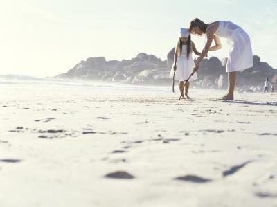 menina de 6 anos que jogam na praia