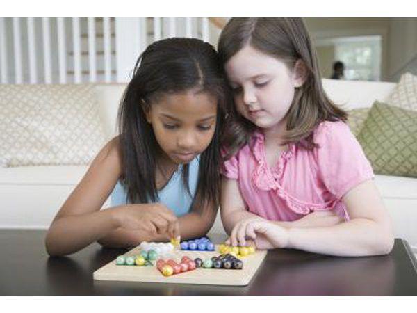 Meninas que jogam o jogo de tabuleiro