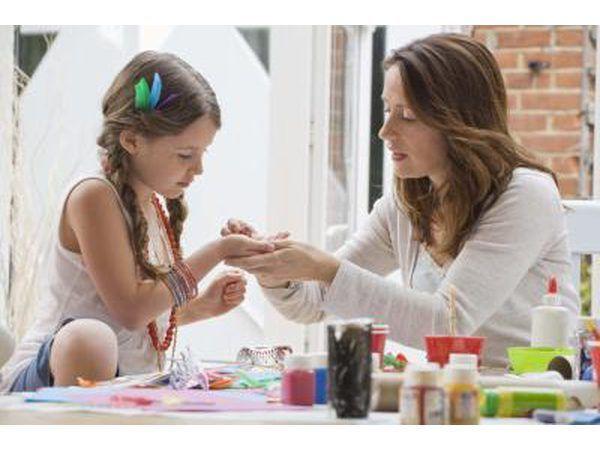 Menina que faz artesanato com a mãe