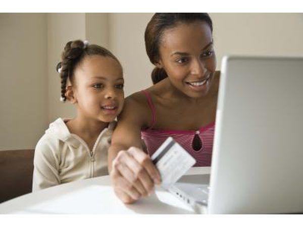 A menina compras on-line com a mãe