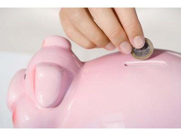 Menina que põr o dinheiro no banco piggy