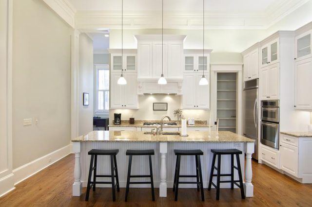 Cozinha moderna branca.