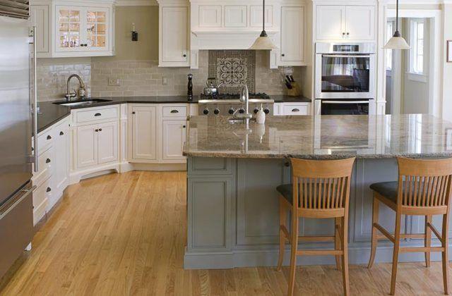 Cozinha moderna com bancadas em granito marrom.