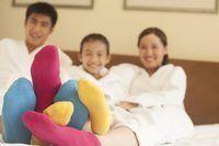 Família vestindo meias multicoloridas.