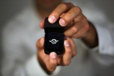 A diferença entre um anel de promessa e um anel de noivado
