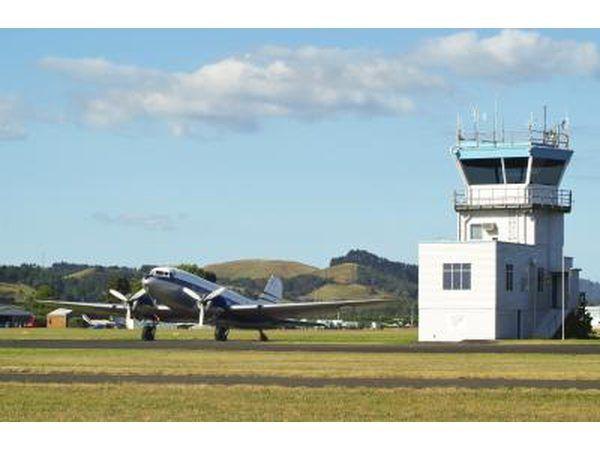 torre de controle de tráfego aéreo no aeroporto pequeno