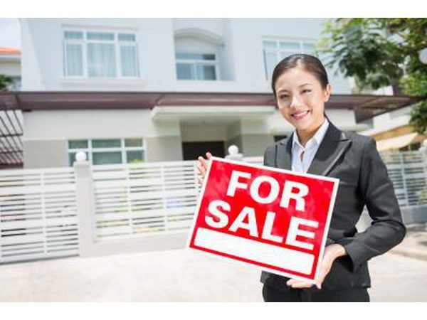 corretor de imóveis com sinal da venda para a casa