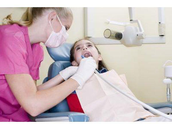 criança limpeza odontologista`s mouth