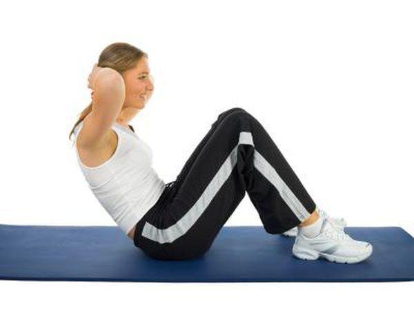Mulher fazendo flexões.