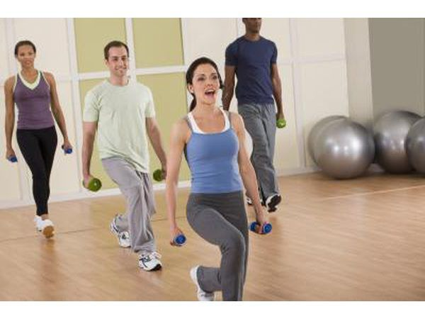 desafios do exercício Obtenha os participantes a perder peso através de um programa de exercícios rigorosos.
