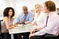 Não importa o canal, a comunicação em uma organização se desenrola oralmente ou em forma escrita.