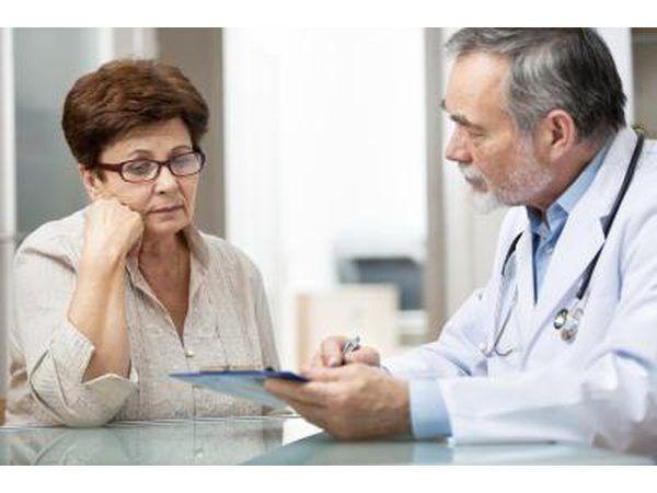 médico falando com paciente idosa