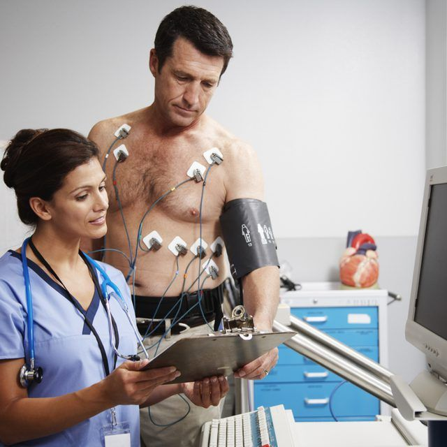 paciente olha a carta de EKG