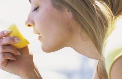Quais são os benefícios de Hot Water & Lemon?