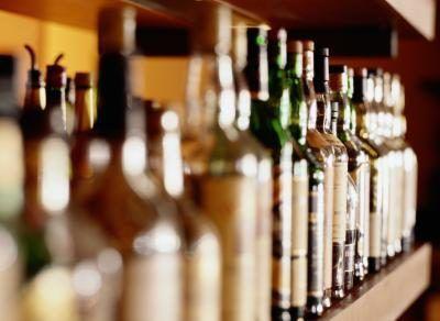Prateleira de garrafas de bebidas alcoólicas