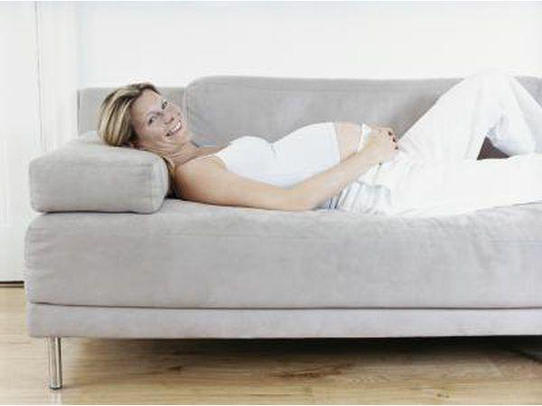mulher grávida deitada no sofá