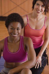 formadores YMCA ajudar os membros a alcançar seus objetivos de fitness.